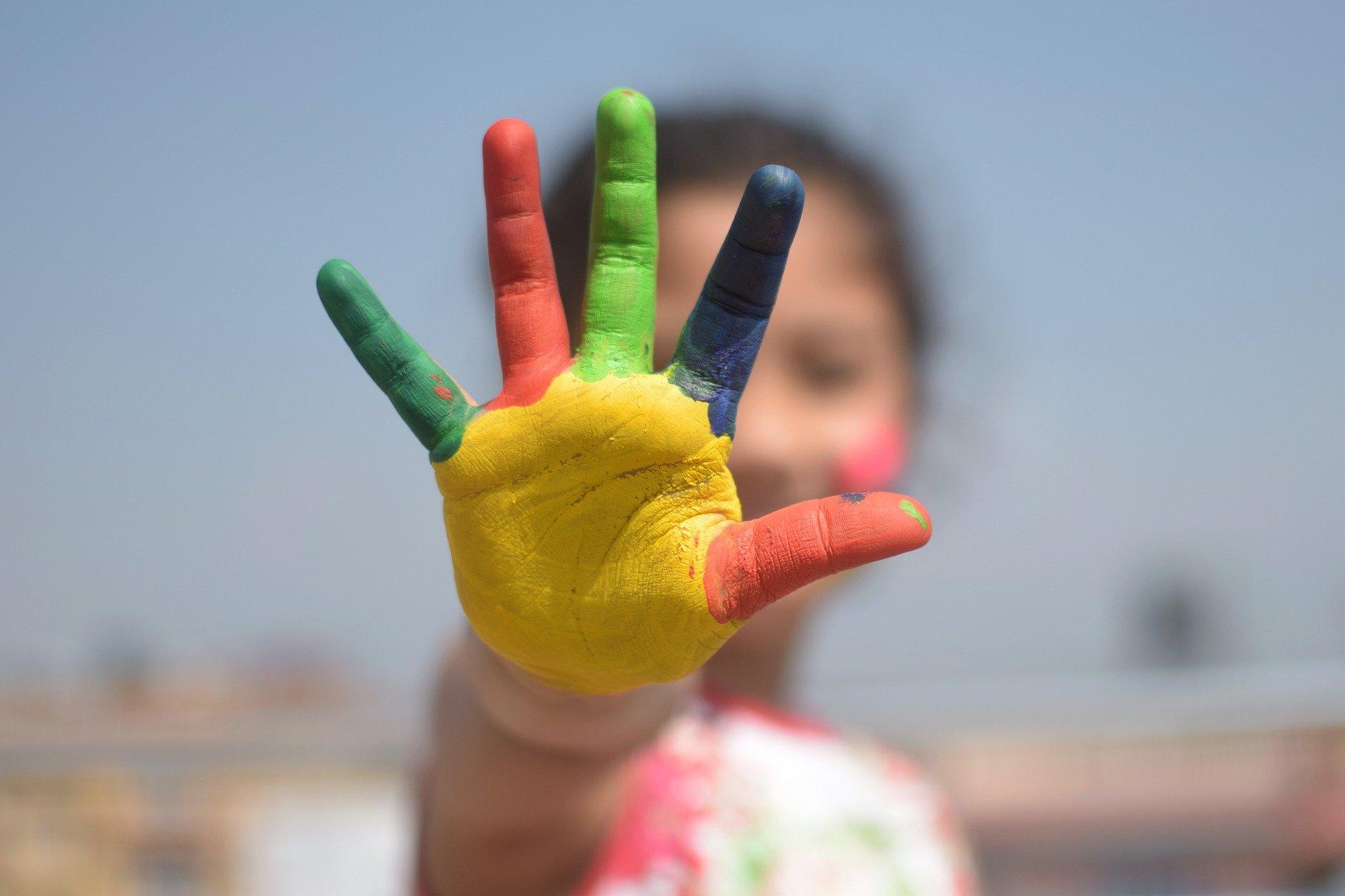 Main tendue colorée cinq